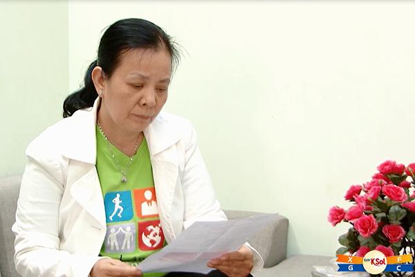 Hình ảnh chị Soi ngồi xem lại kết quả xét nghiệm của bệnh viện