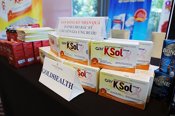 """Công ty Cổ phần dược phẩm Goldhealth Việt Nam """"Trao tặng hơn 100 suất quà"""" là sản phẩm GHV Ksol cho toàn bộ bệnh nhân ung thư vú tham dự chương trình"""