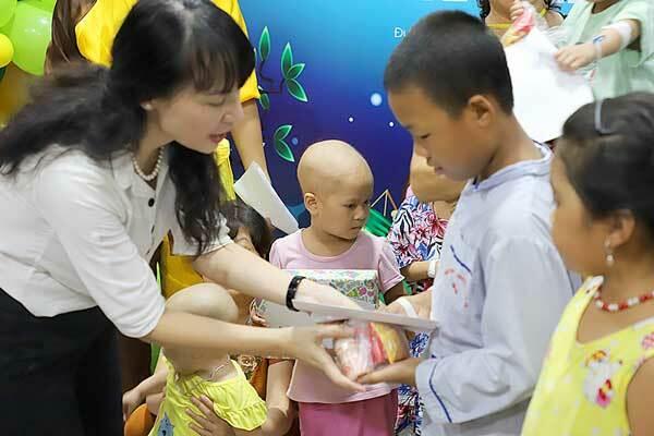 Công ty Cổ phần Dược phẩm GoldHealth Việt Nam trao quà cho các bệnh nhi