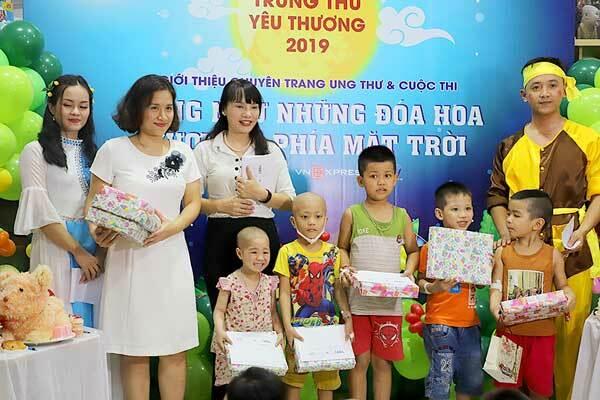 Bà Nguyễn Thị Vũ Thành - PTGĐ Công ty Cổ phần Dược phẩm GoldHealth Việt Nam chụp hình lưu niệm cùng các bệnh nhi