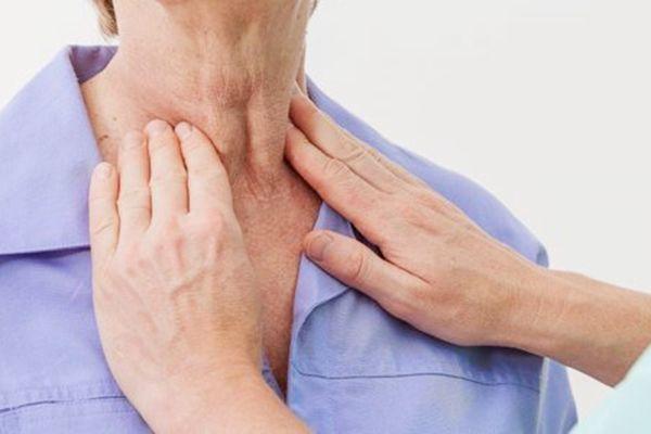 Triệu chứng ung thư tuyến giáp xuất hiện khối u, hạch ở cổ