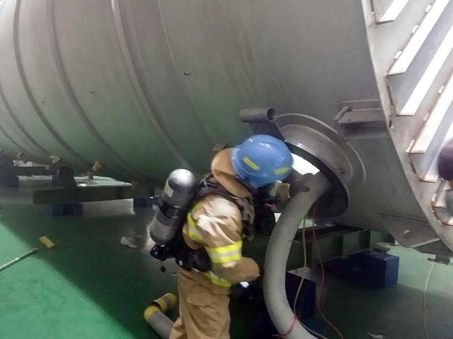 Công nhân làm việc trong nahf máy hóa chất có nguy cơ dễ mắc ung thư phổi.