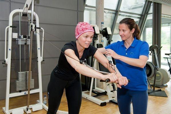 Hạn chế tác dụng phụ của hóa trị bằng luyện tập và vận động