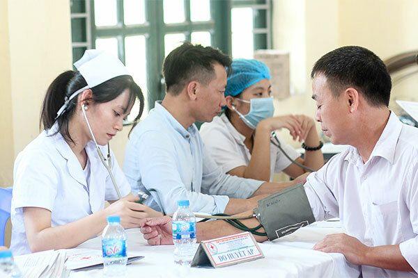 Định kỳ 3 - 6 tháng/1 lần khám sức khỏe để tầm soát sớm bệnh ung thư phổi