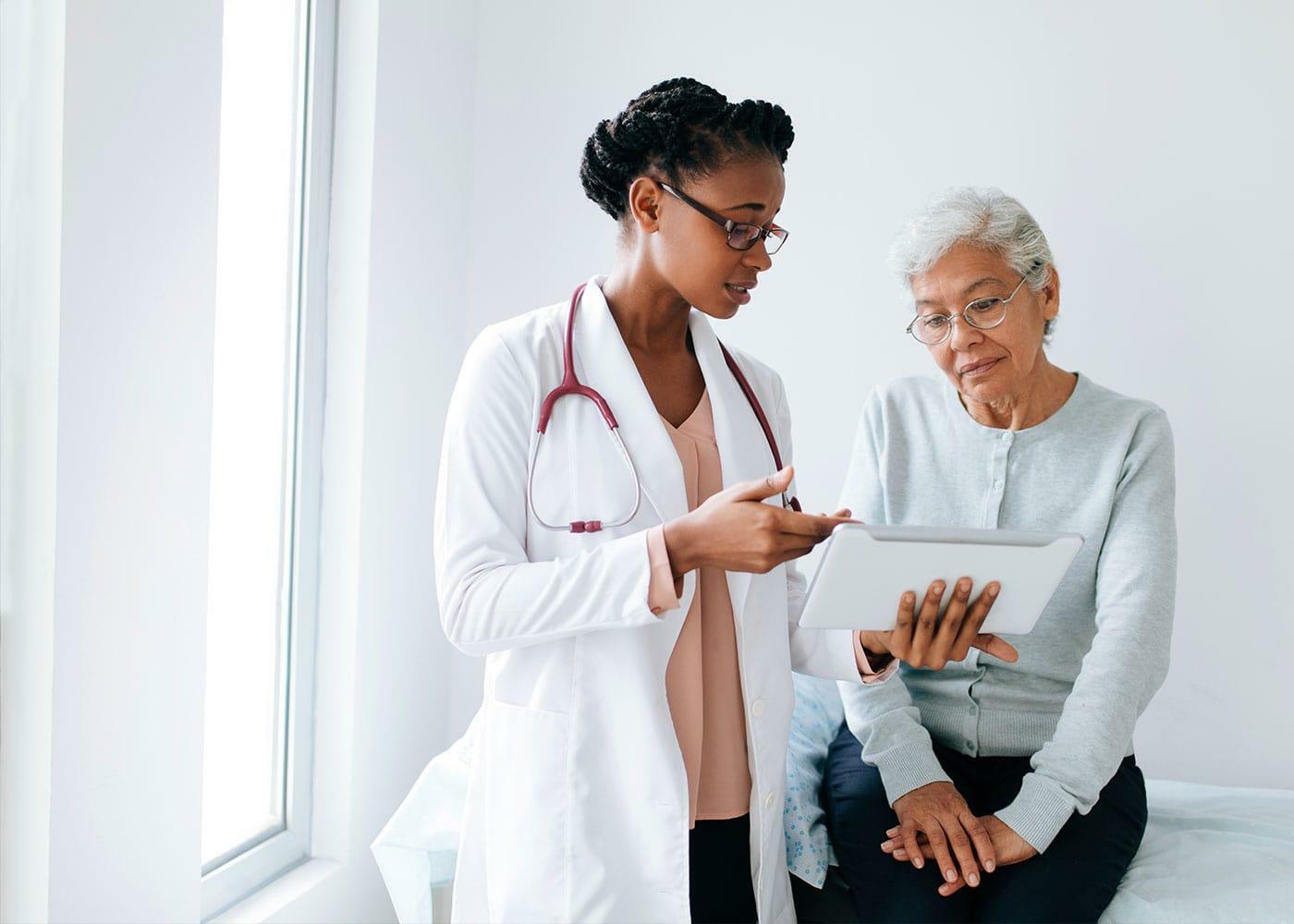 Bác sĩ giải thích kế hoạch và chi phí xạ trị ung thư dạ dày cho người bệnh