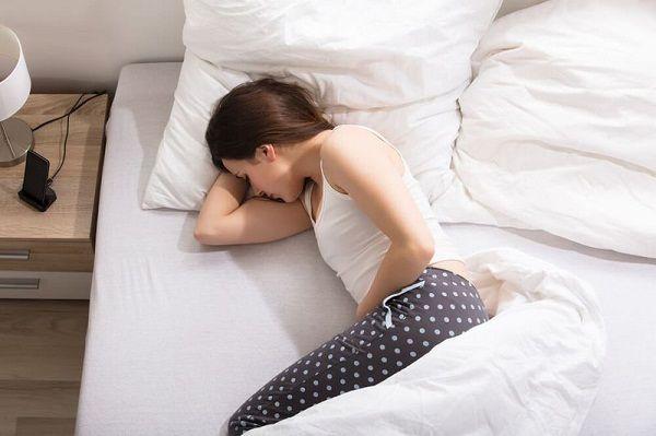 Đau vùng bụng dưới kéo dài ngoài chu kỳ kinh cũng là triệu chứng ung thư buồng trứng