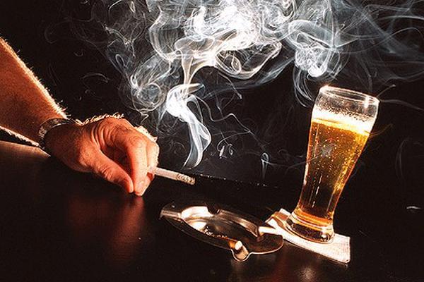 Sau phẫu thuật người bệnh ung thư tuyến giáp tuyệt đối không sử dụng rượu, bia, thuốc lá