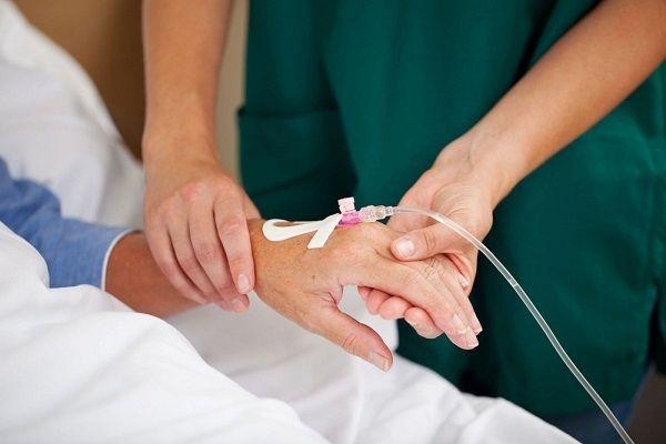 Truyền chất dinh dưỡng qua đường tiêm tĩnh mạch cho người bệnh sau phẫu thuật đại tràng