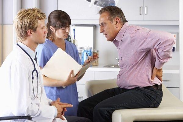Bác sĩ sẽ kiểm tra xung quanh nơi bị sưng và tiền sử bệnh cá nhân, gia đình.