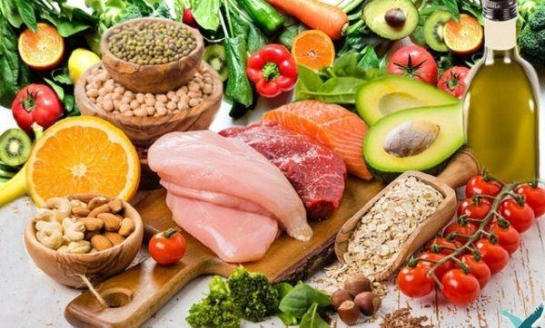 Ăn đầy đủ các nhóm thực phẩm để cung cấp các chất dinh dưỡng cần thiết cho người ung thư đại tràng