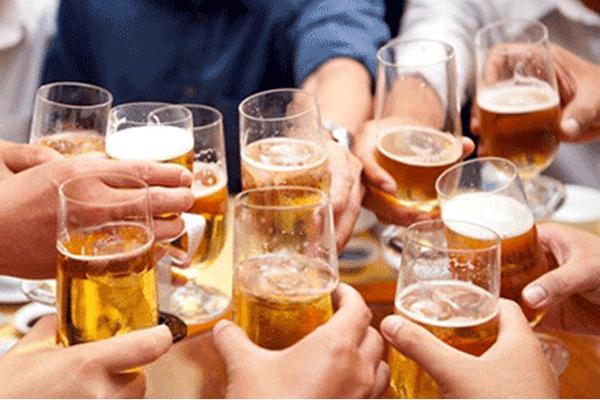 Sau phẫu thuật ung thư đại tràng người bệnh tuyệt đối không sử dụng các loại đồ uống chứa chất kích thích như rượu, bia, thuốc lá