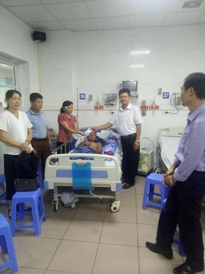 Xuân Hồng chăm chồng ở bệnh viện khi bị tai biến