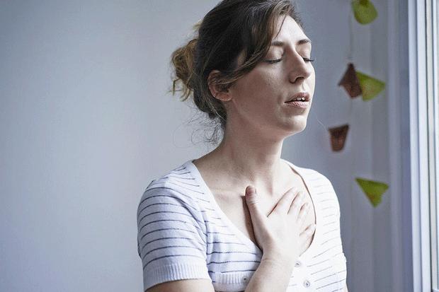 Ở giai đoạn cuối, khối u buồng trứng di căn đến phổi gây khó thở và đau ngực