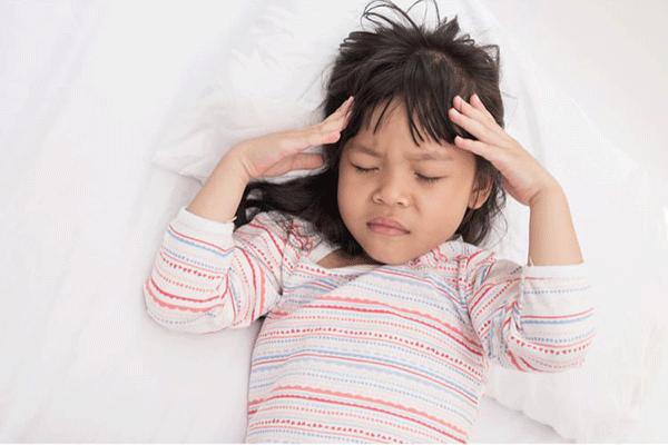 Đau đầu là một trong những dấu hiệu cảnh báo ung thư máu ở trẻ em