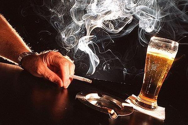 Rượu, bia, thuốc lá là một trong những nguyên nhân gây ung thư vòm họng