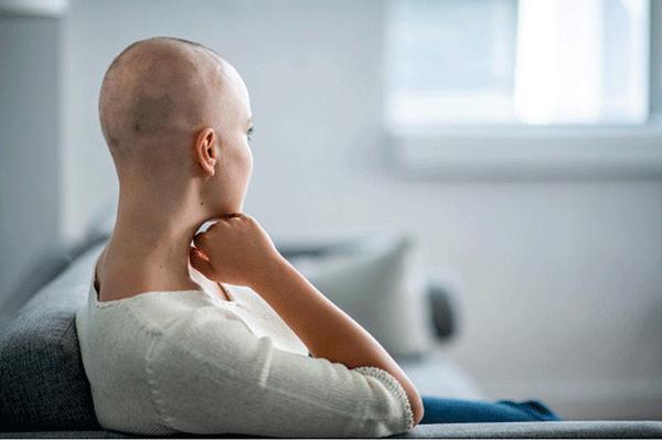 Rụng tóc là một trong những tác dụng phụ do hóa trị gây ra