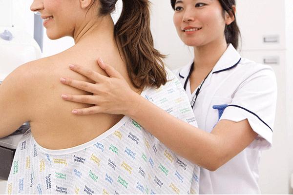 Thường xuyên kiếm tra, thăm khám sức khỏe định kỳ để tầm soát bệnh ung thư vú