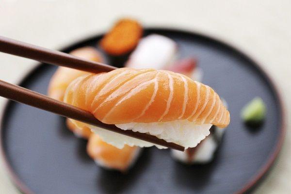Hải sản sống là thức ăn bệnh nhân đang hóa trị không nên ăn