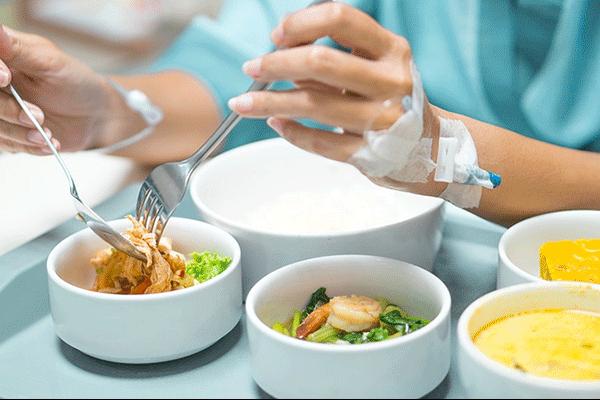 Việc xây dựng chế độ dinh dưỡng khoa học góp phần quan trọng cho bệnh nhân ung thư sau phẫu thuật để tăng sức đề kháng