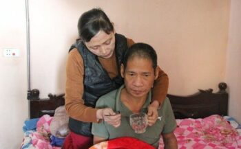 Vợ ung thư tuyến giáp giai đoạn muộn chăm chồng bị liệt do tai biến