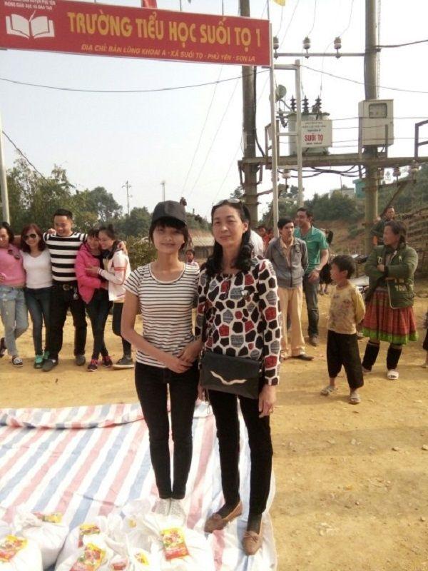 Hai mẹ con tôi trong một chuyển từ thiện ở vùng cao