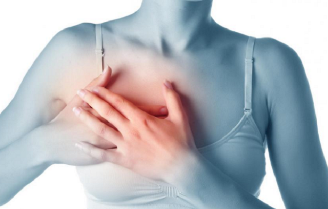 Dấu hiệu bệnh ung thư vú là thay đổi hình dạng và kích thước vú bất thường kèm theo các cơn đau nhói