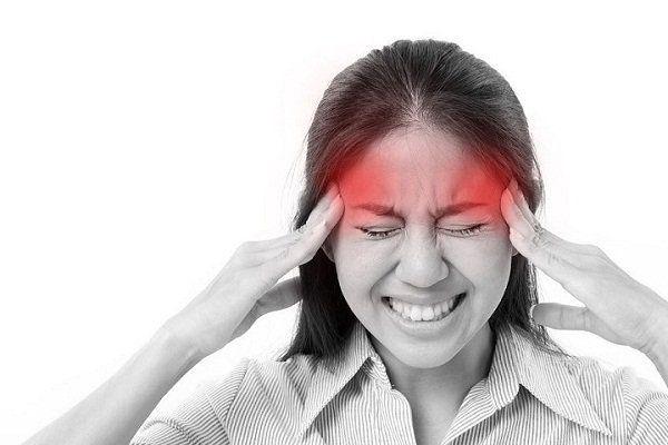 Đau đầu âm ỉ kéo dài là một trong những dấu hiệu ung thư vòm họng