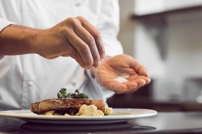Chế độ dinh dưỡng cho bệnh nhân ung thư thận nên hạn chế muối