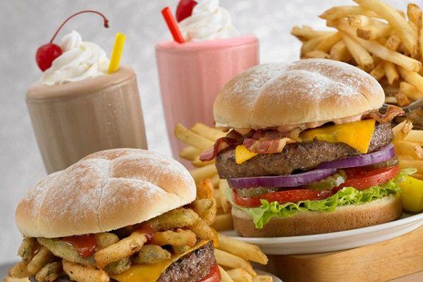 Chế độ ăn uống và sinh hoạt thiếu khoa học gây thừa cân, béo phì cũng là yếu tố làm tăng nguy cơ ung thư buồng trứng