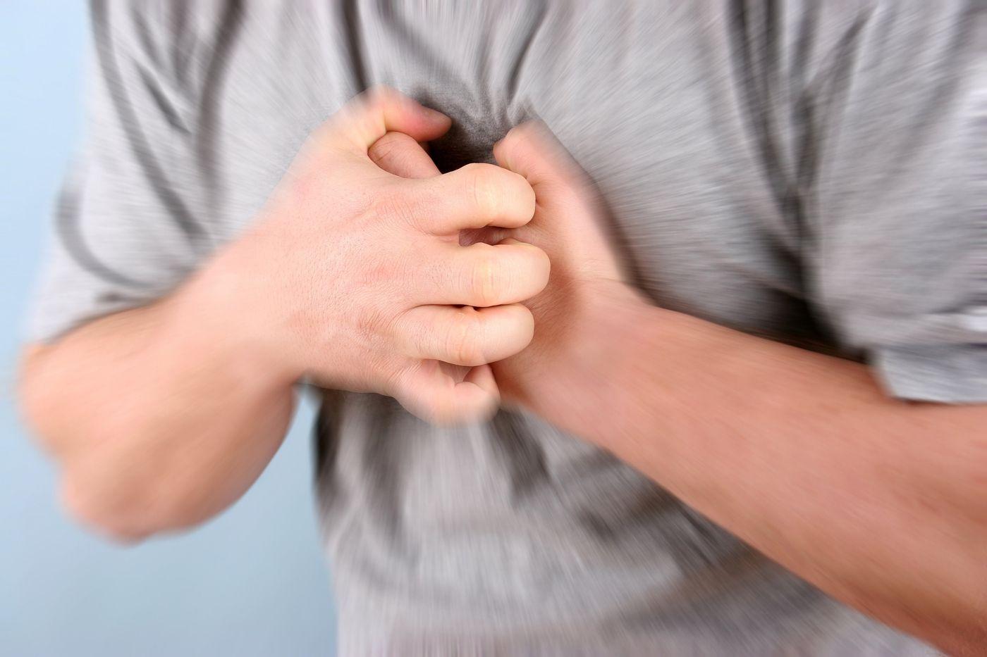 Đau ngực, đau nhiều khi ho là một trong những triệu chứng ung thư phổi giai đoạn đầu