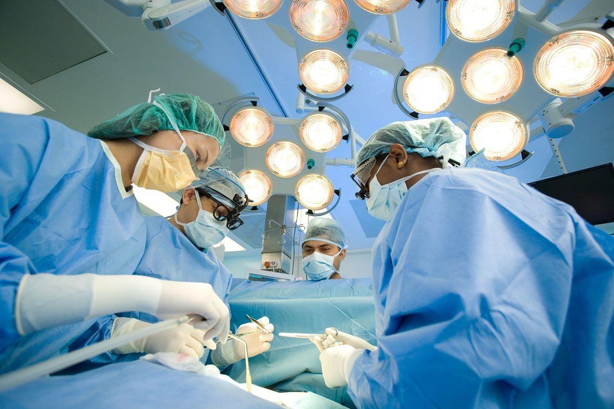 Cắt bỏ và gắn hậu môn nhân tạo là một trong các phương pháp phẫu thuật ung thư đại tràng di căn
