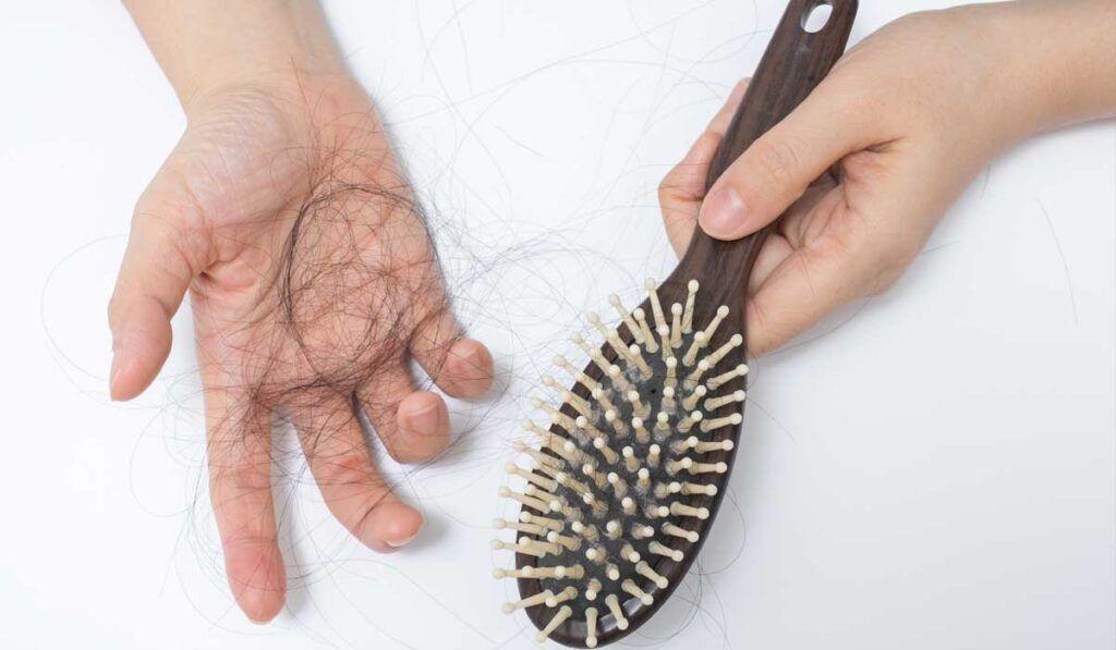 Rụng tóc là tác dụng phụ gặp phải do xạ trị gây ra
