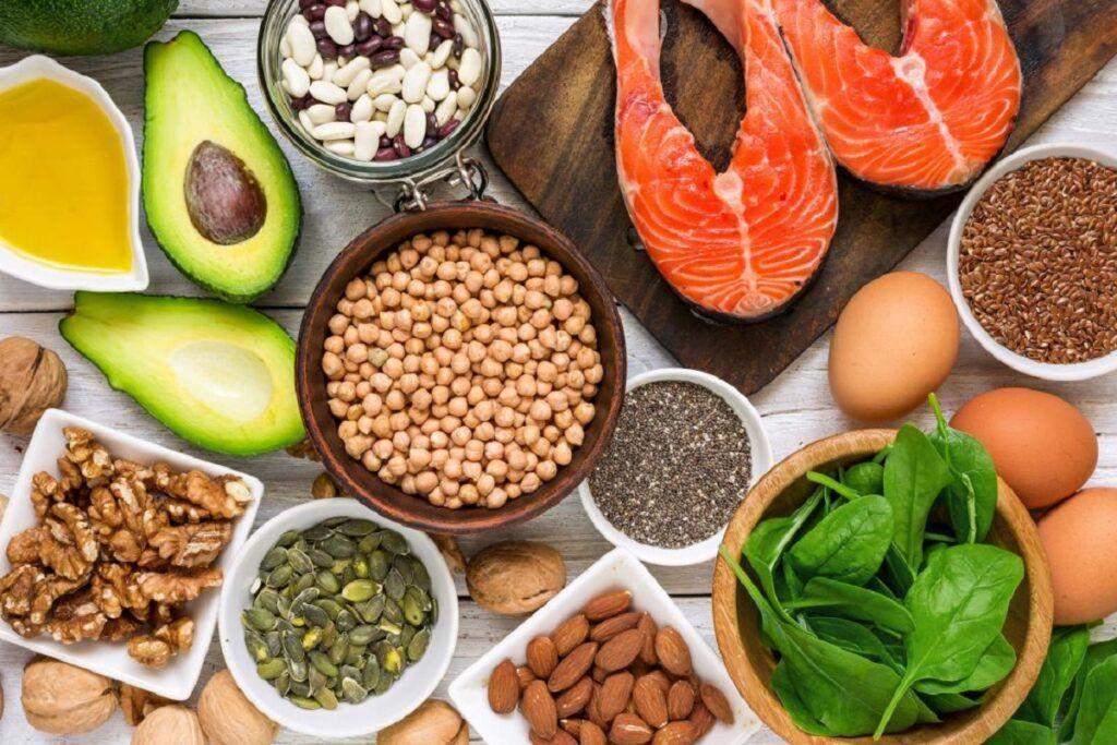 Chế độ ăn uống của người ung thư máu nên có nhiều thành phần ngũ cốc nguyên hạt, trái cây và rau quả