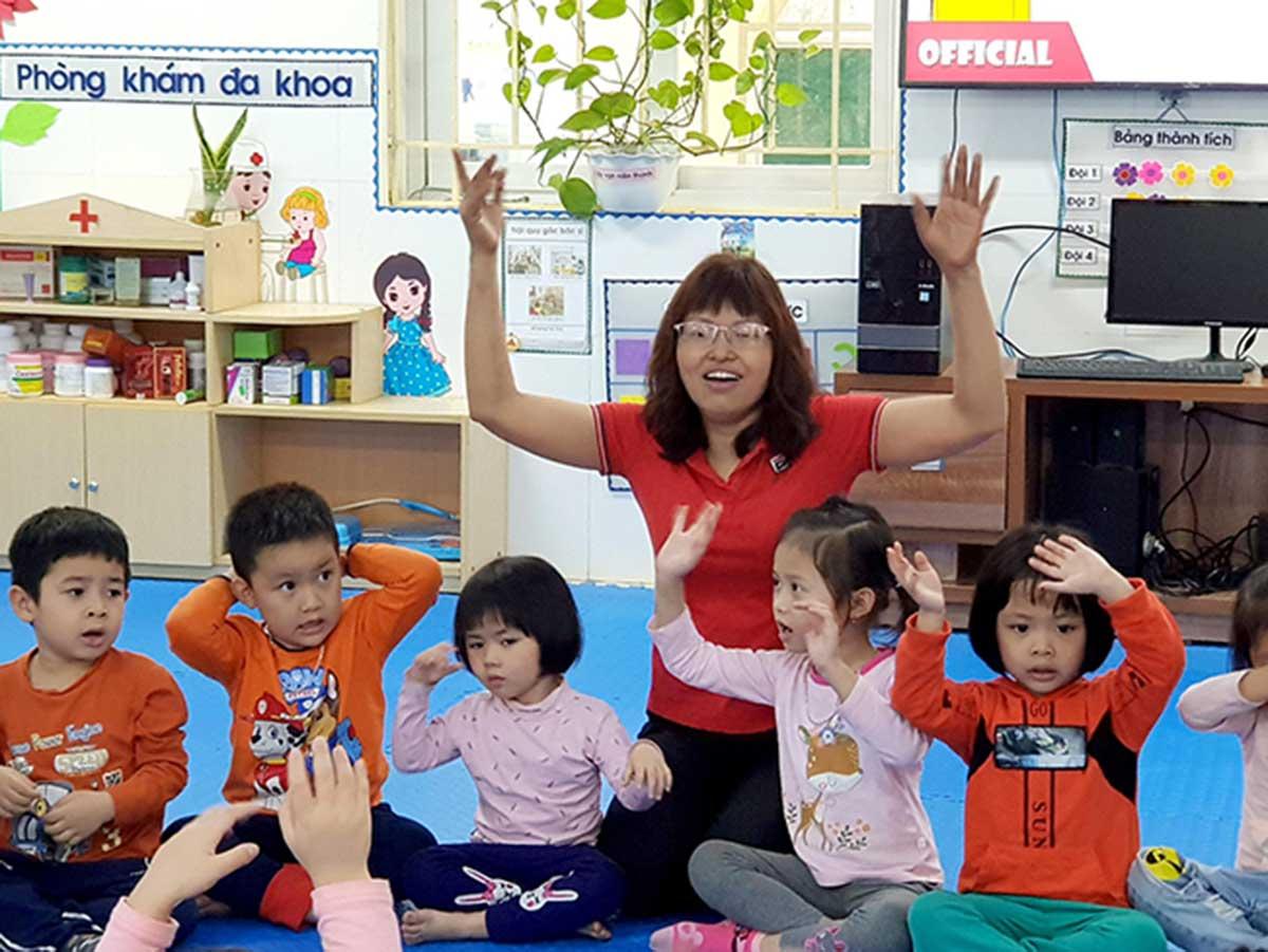 Chị Thoan trong một tiết dạy các con tại trường mầm non