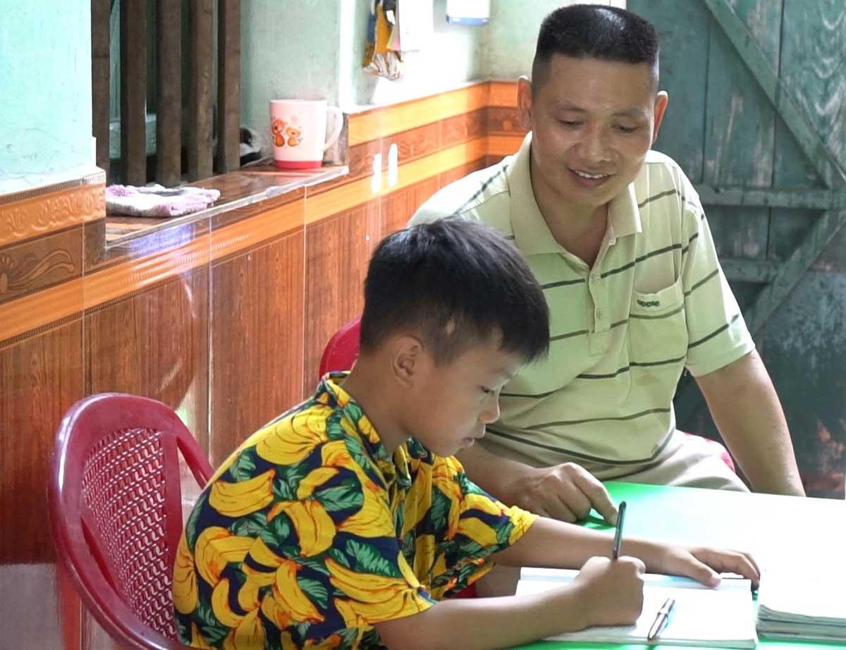 Anh Quyết dạy con học bài (Ảnh tác giả cung cấp)